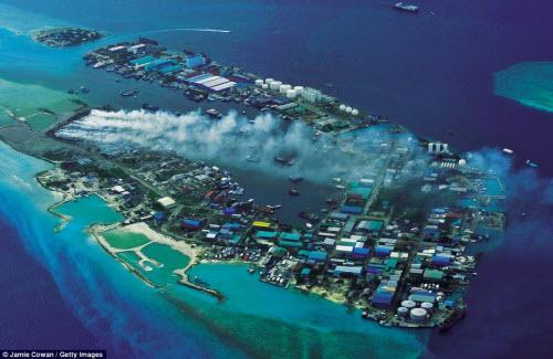 Sốc với hòn đảo toàn rác phía sau thiên đường Maldives - 1