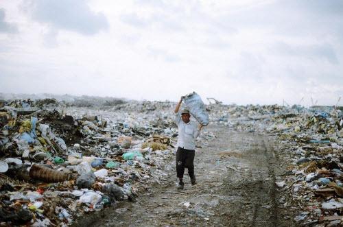 Sốc với hòn đảo toàn rác phía sau thiên đường Maldives - 5