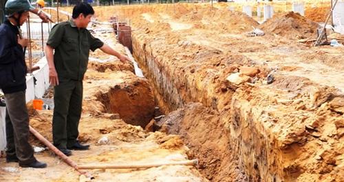 Sạt lở, hai công nhân bị chôn sống trong hố công trình - 1