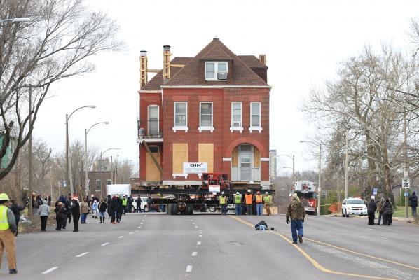 Cho tòa nhà cổ lên xe tải kéo đi cả cây số - 1