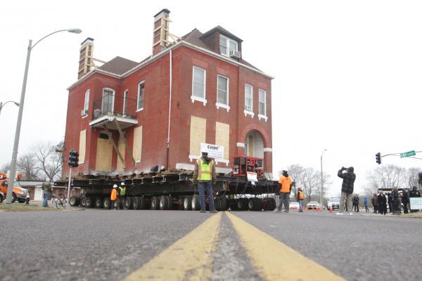 Cho tòa nhà cổ lên xe tải kéo đi cả cây số - 3