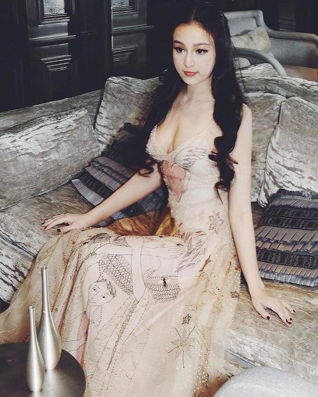 Huyền Baby được mọi người biết đến từ sau khi tham gia cuộc thi Miss Teen 2008. Tuy chỉ vào top 12, nhưng hot girl đã để lại nhiều ấn tượng bởi vẻ ngoài xinh xắn.
