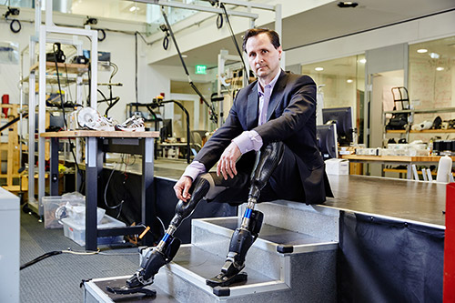Người đàn ông khuyết tật chế tạo ra đôi chân robot đa năng - 5