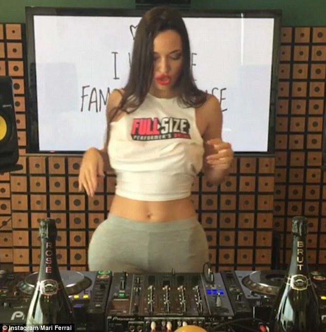 Những hành động không ngờ của nữ DJ bị rơi miếng độn ngực - 3