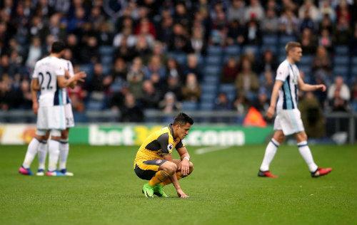 Arsenal khủng hoảng: Xa dần top 4, trò cãi tay bo thầy - 1