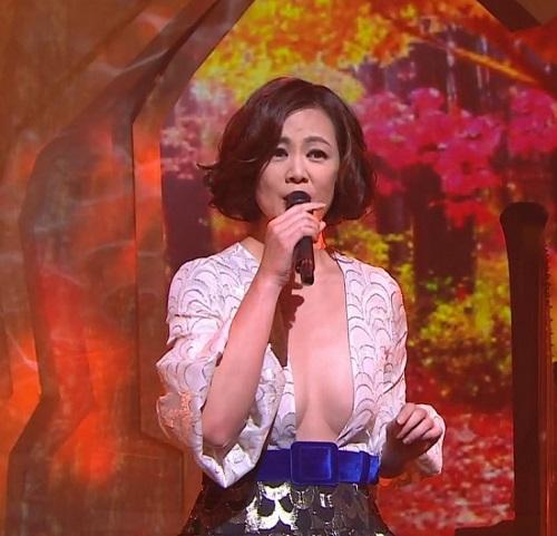 Mặc váy xẻ ngực đến tận rốn, mỹ nhân U50 TQ gây tranh cãi - 3
