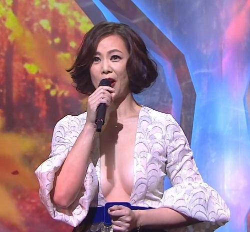 Mặc váy xẻ ngực đến tận rốn, mỹ nhân U50 TQ gây tranh cãi - 4