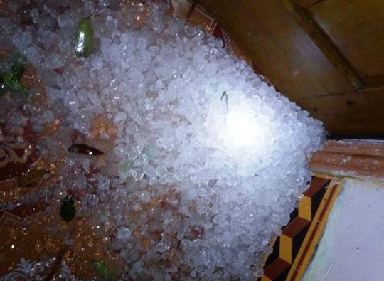 Mưa đá dày đặc hiếm thấy trút xuống Thanh Hóa - 1