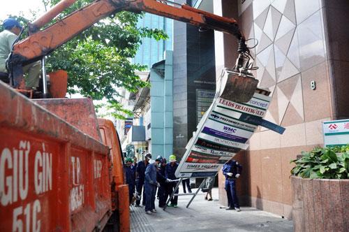 Ông Hải liên tục nhận điện thoại can thiệp khi đập công trình chiếm vỉa hè - 7