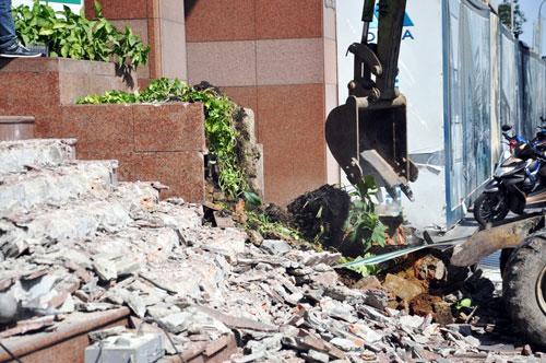 Ông Hải liên tục nhận điện thoại can thiệp khi đập công trình chiếm vỉa hè - 6
