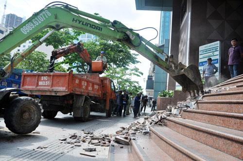 Ông Hải liên tục nhận điện thoại can thiệp khi đập công trình chiếm vỉa hè - 3