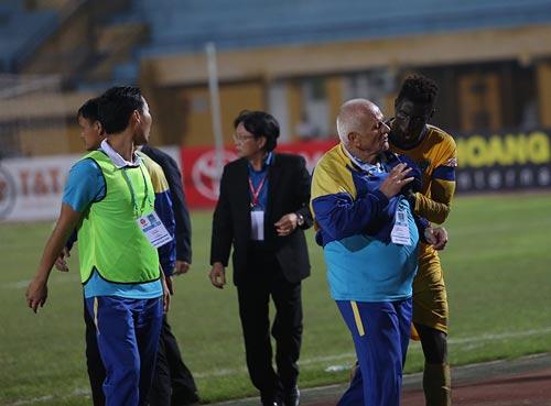 """Bị từ chối bàn thắng, HLV Thanh Hóa đòi """"tẩn"""" trọng tài - 4"""
