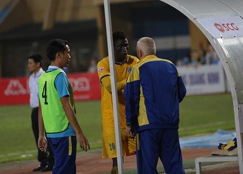 """Bị từ chối bàn thắng, HLV Thanh Hóa đòi """"tẩn"""" trọng tài - 5"""