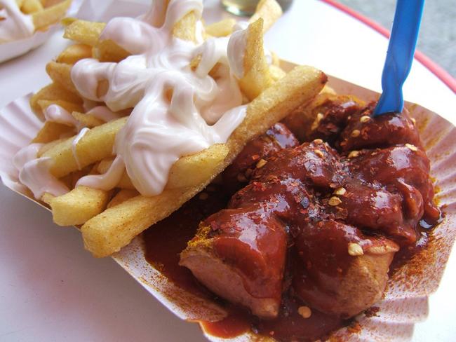 Món ăn mang tính biểu tượng cho ẩm thực đường phố tại Berlin, currywurst là một loại xúc xích làm từ thịt lợn được cắt thành lát và rưới sốt cà ri ketchup. Bạn nên ăn thử tại Konnopke Imbiss nằm trên khu phố Prenzlauer Berg.