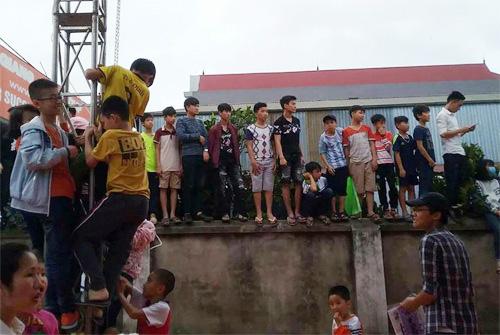 Fan leo cột, bủa vây xe riêng Noo Phước Thịnh gây tắc nghẽn lối đi - 1
