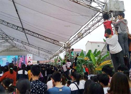 Fan leo cột, bủa vây xe riêng Noo Phước Thịnh gây tắc nghẽn lối đi - 2
