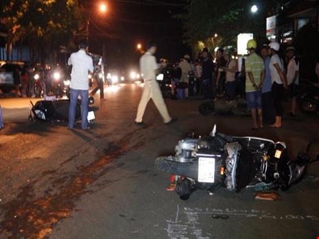 Ô tô tông 3 xe máy, bà bầu và 7 người trọng thương - 1