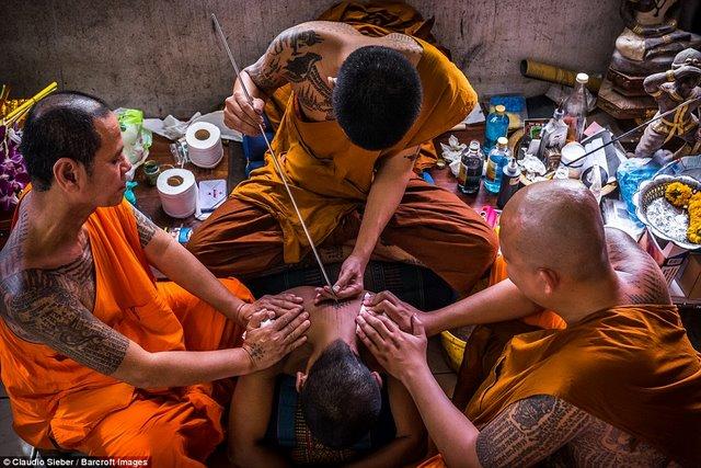 Ngàn Phật tử Thái Lan được nhà sư xăm mình - 1