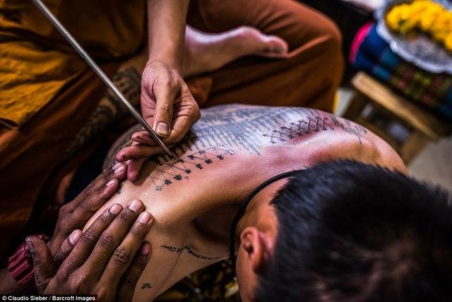 Ngàn Phật tử Thái Lan được nhà sư xăm mình - 6