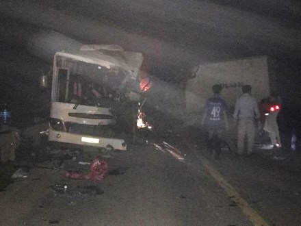 Ô tô đâm nhau kinh hoàng trong đêm, 11 người thương vong - 1