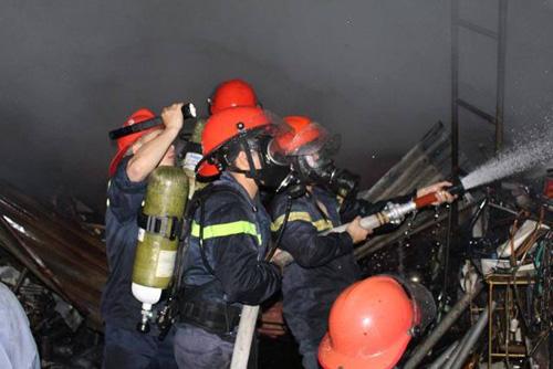 Cháy lớn tại kho hàng 2.000m2, hàng trăm triệu đồng thành tro - 2