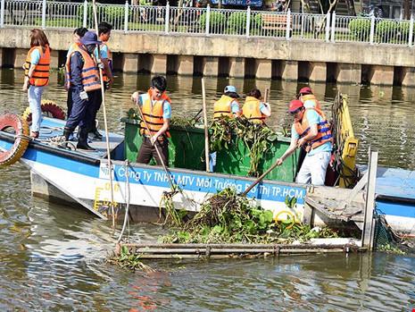 Sài Gòn mở tour… vớt rác cho du khách - 1