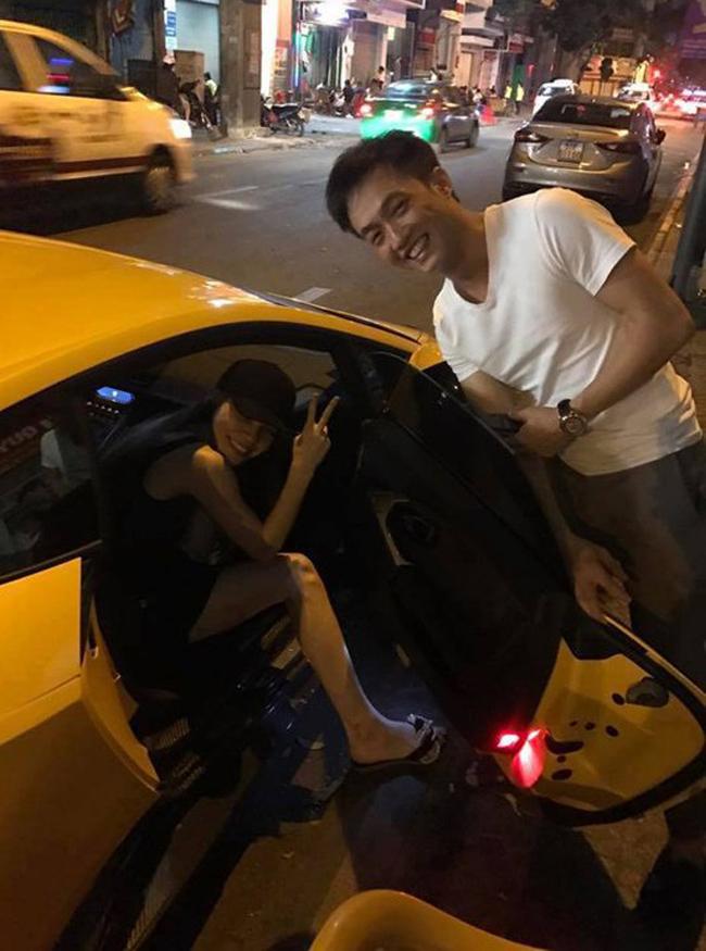 Mới đây, hình ảnh Cường Đôla đưa Hồ Ngọc Hà đi ăn mỳ đêm bằng siêu xe khiến nhiều người chú ý. Trong tấm hình, cặp đôi thân thiết và cười rất tươi bên nhau, Cường Đôla còn tận tụy mở cửa xe cho vợ cũ.
