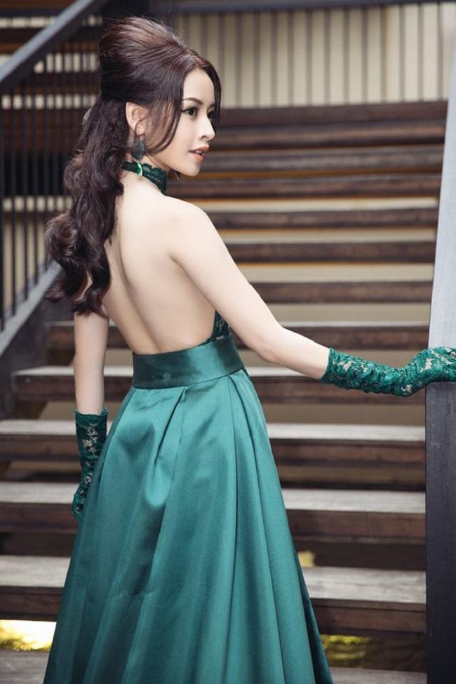 Trong các sự kiện, nữ diễn viên thể hiện rõ sự nữ tính, trưởng thành hơn trong cách chọn trang phục.