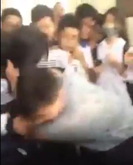 Hà Nội: Nam sinh đánh nữ sinh dã man ngay trong giờ ra chơi - 1