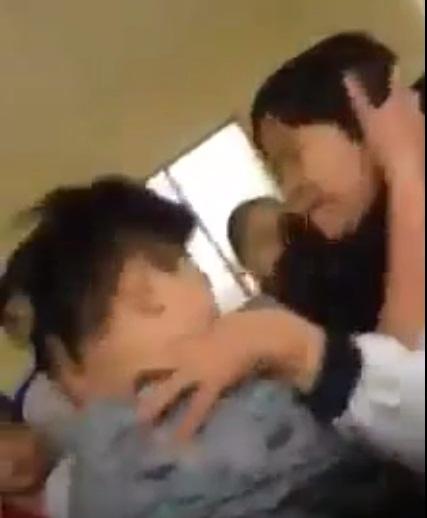 Hà Nội: Nam sinh đánh nữ sinh dã man ngay trong giờ ra chơi - 2