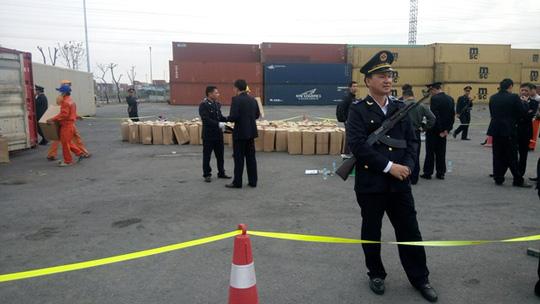 Phát hiện 2 container nghi ma túy thảo mộc cực độc hại - 1
