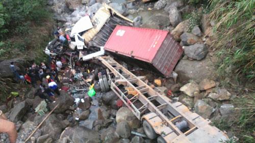 Container lao qua thành cầu rơi xuống suối, tài xế dính chặt trong cabin - 1