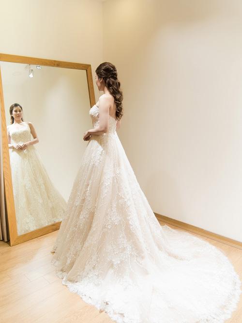 Hé lộ váy cưới cầu kỳ giá trăm triệu của vợ MC Thành Trung - 3
