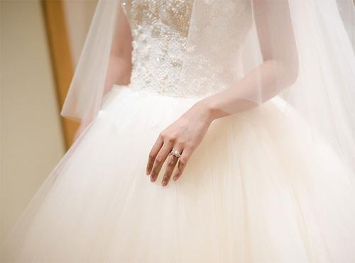 Hé lộ váy cưới cầu kỳ giá trăm triệu của vợ MC Thành Trung - 7