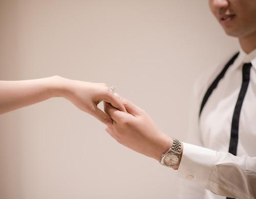 Hé lộ váy cưới cầu kỳ giá trăm triệu của vợ MC Thành Trung - 8