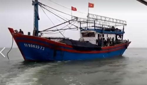 Dây cáp tời bị đứt, 2 ngư dân thương vong trên biển - 1