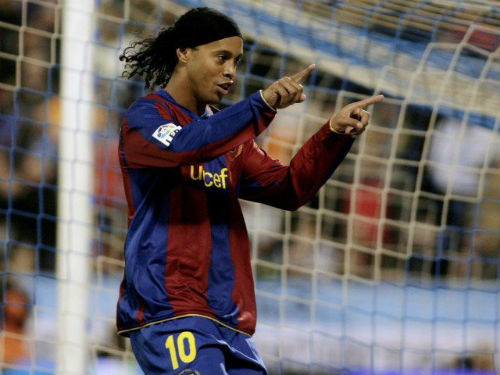 Ronaldinho 37 tuổi: Tượng đài bất tử với đôi chân ma thuật - 1