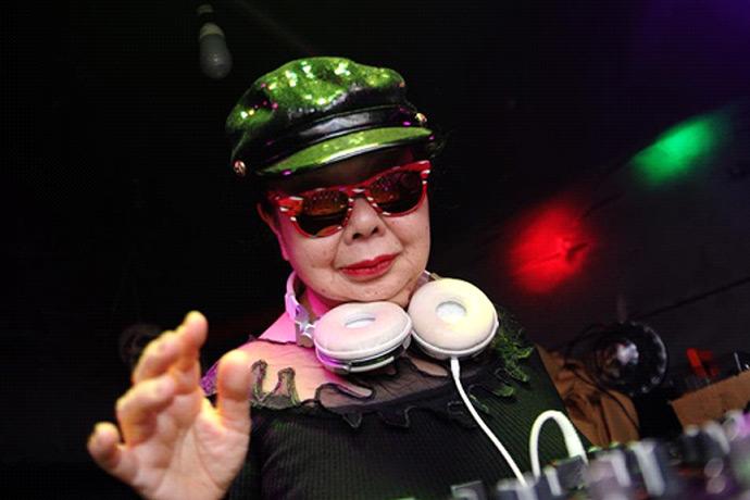 """Các nữ DJ bốc lửa phải chịu thua """"thánh quẩy"""" này - 2"""