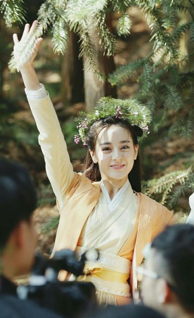 """Nụ cười rạng rỡ của Nhiệt Ba trên phim trường  """" Lệ Cơ truyện """"  đang gây sốt cư dân mạng."""
