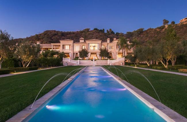 Năm 2014, dinh thự được chủ nhân rao bán với mức giá 195 triệu USD (~ 4.417 tỷ đồng), trở thành căn nhà đắt nhất nước Mỹ lúc bấy giờ.