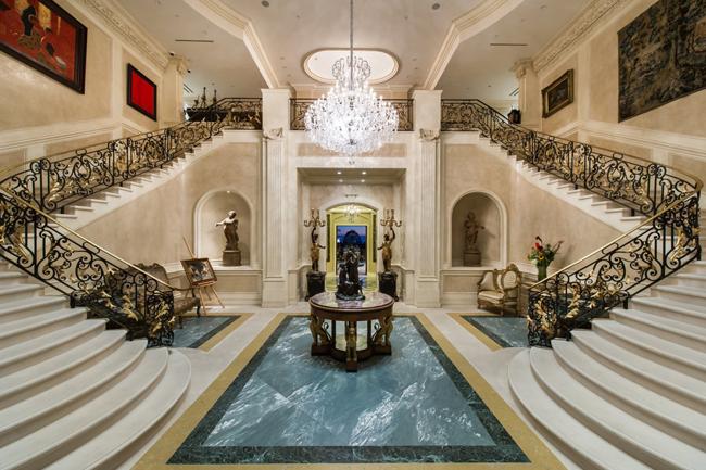 Sau khi không ai  dám  bỏ một số tiền quá lớn như vậy để mua  Palazzo di Amore , Jeff quyết định cho thuê với giá 475.000 USD/tháng (~ 10,7 tỷ đồng). Tới năm nay, một lần nữa Jeff rao bán biệt thự với giá 129 triệu USD (~ 2.922 tỷ đồng).