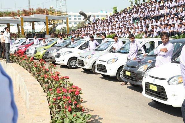 Triệu phú Ấn Độ tặng xe hơi, căn hộ cho 1.200 nhân viên - 5