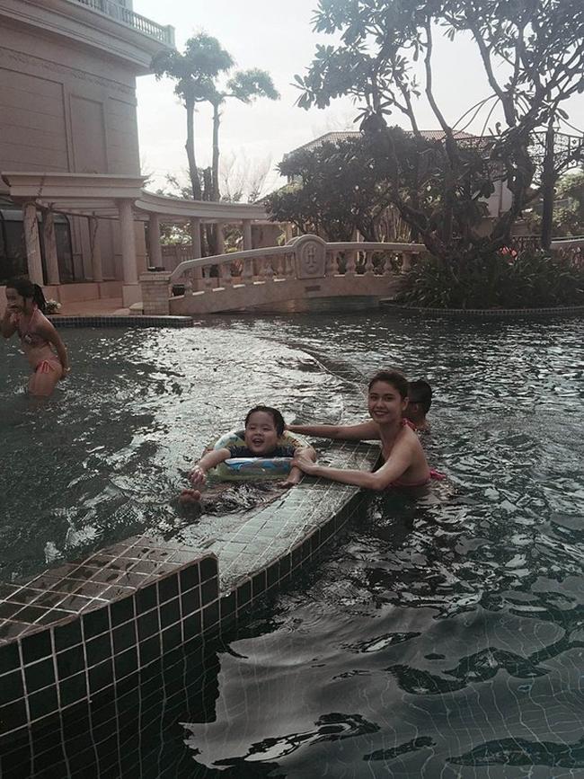 Hình ảnh hai mẹ con Trương Quỳnh Anh và bé Sushi chơi đùa vui vẻ ở bể bơi cũng được Tim nhanh tay ghi lại được.