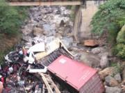 Tin tức trong ngày - Container lao qua thành cầu rơi xuống suối, tài xế dính chặt trong cabin