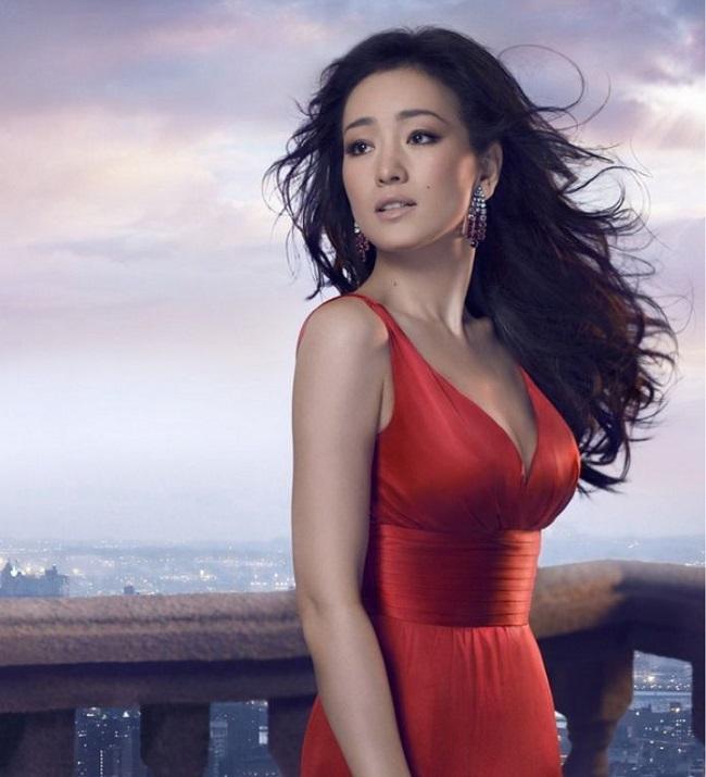 Củng Lợi (sinh năm 1965) là nữ diễn viên tài ba, từng có ngoại hình đẹp số 1 Trung Quốc. Người đẹp góp mặt trong nhiều bộ phim nổi tiếng như Cao lương đỏ, Hội tam hoàng Thượng Hải, Hồi ức của một geisha,…