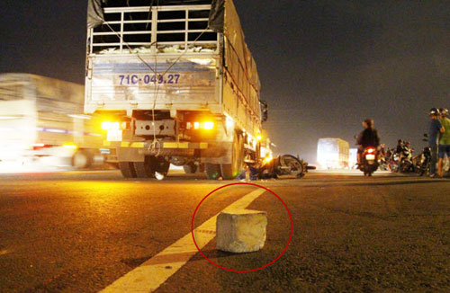 Người đàn ông chết thảm dưới bánh xe tải vì… cục bê tông - 1