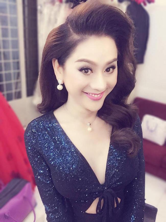 Lâm Chi Khanh là người đẹp thường xuyên livestream (video trực tuyến) trên trang cá nhân. Nữ ca sĩ chuyển giới quay các hoạt động đời thường khi cô trang điểm, đi diễn, thậm chí cả lúc phải đau đớn để làm đẹp.