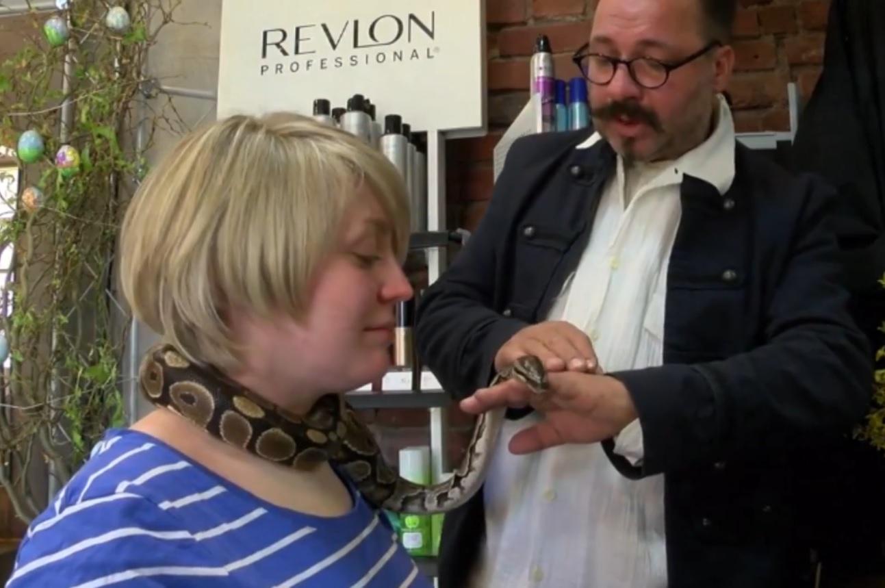 Tiệm cắt tóc cuốn trăn quanh cổ khách để mát xa ở Đức - 1