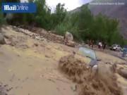 Phi thường - kỳ quặc - Peru: Ô tô bị lũ cuốn văng vào đá, thoát chết như phim