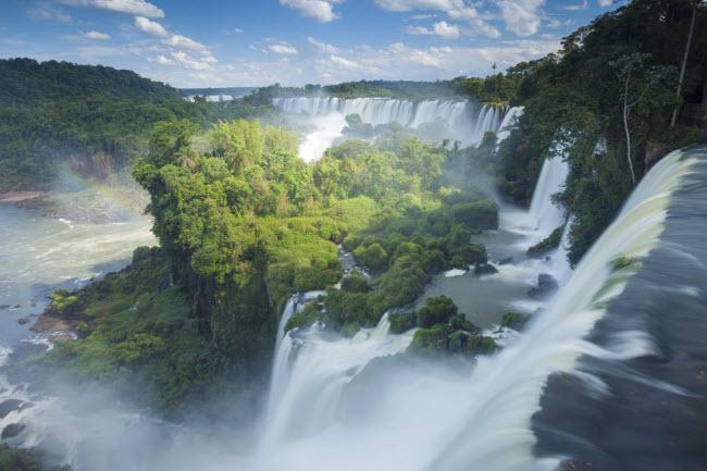 Thác Iguazu là di sản thế giới nằm dọc biên giới giữa Argentina và Brazil. Nơi đây có phong cảnh rừng tuyệt đẹp làm sửng sốt những du khách từng trải nhất.